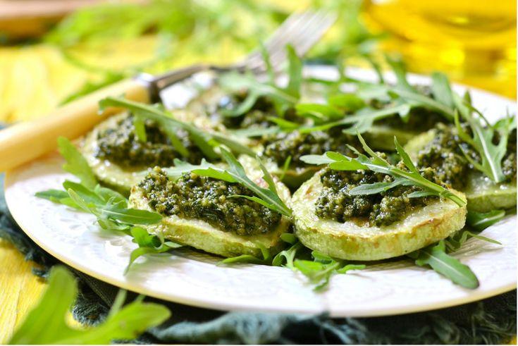 Fesleğenli kabak dilimleri, ızgara kabağın hafifliğiyle klasik pesto sosun iştah açıcı aromasını minnoş dilimlerde birleştiriyor.