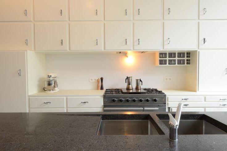 In opdracht voor Jan en Krolien hebben we een unieke keuken kunnen uitvoeren. Voor het eiland heeft Krolien gekozen om te werken met staalstructuur en stalen deuren die voorzien zijn van een structuurlak. Voor de legboorden hebben we gewerkt met een aangename linoleumafwerking. De binnenkasten zijn opgebouwd uit zwarte MDF die afgewerkt werd met natuurlijke olie.