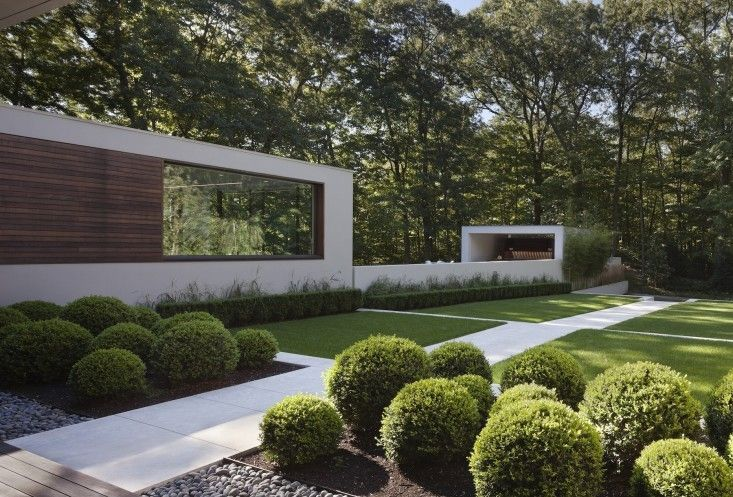 varying sizes of boxwood as playful hedge between spaces: Specht Harpman design