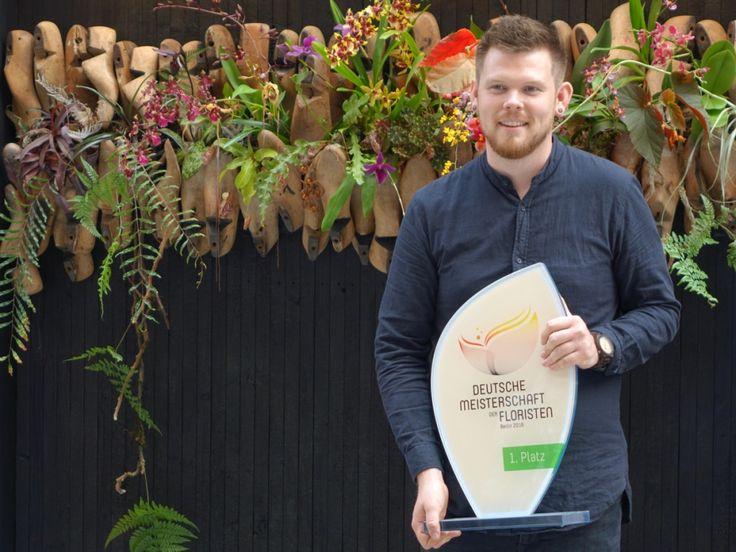 """Stephan Triebe vom Blumengeschäft """"Himmel und Erde"""" in Hamburg ist Deutschlands bester Florist. Er siegt bei der Deutschen Meisterschaft der Floristen 2017 in Berlin."""