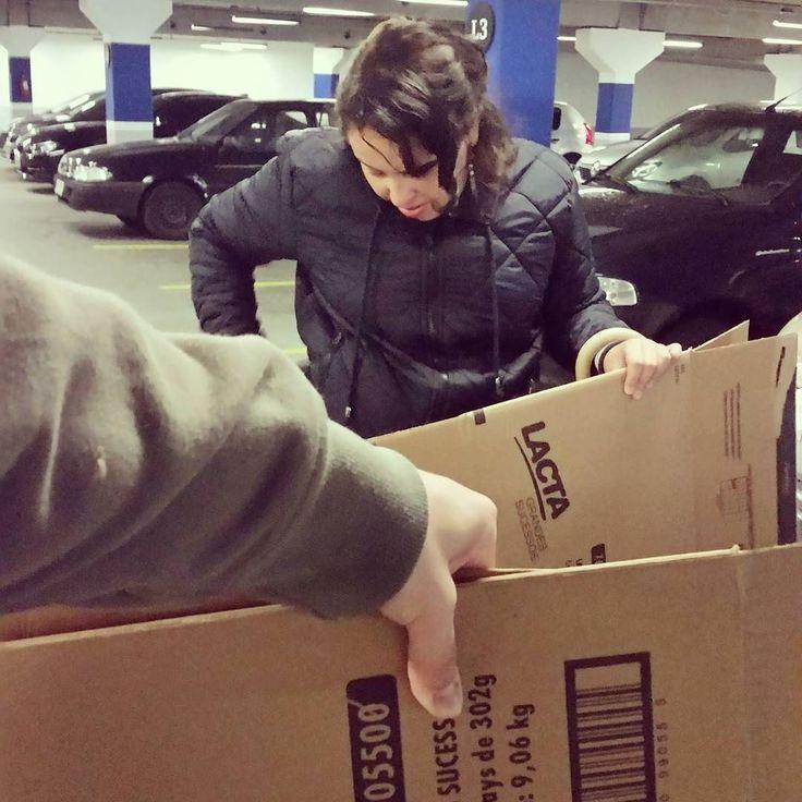 Hoje foi dia de coleta de caixas de papelão num mercado próximo de casa para fazermos as capas do livro Bibliotecas Mudam o Mundo que está em pré-venda na nossa loja online. Passa por lá e já compre o seu. Mesmo com chuva e alguns horários em que não encontramos nenhuma caixa temos vencido as adversidades e essa é uma das etapas de fabricação dos nossos livros cartoneros a coleta do papelão loja.bibliotecasdobrasil.com  #papelão #livroscartoneros #livrosartesanais #prevenda #cartoneras…