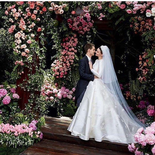 Que lindos! A top @mirandakerr divulgou as fotos do seu casamento com o fundador do Snapchat Evan Spiegel que aconteceu em maio deste ano. Com ares de princesa o vestido de Miranda foi feito sob medida por Maria Grazia Chiuri diretora criativa da @dior . E aí gostaram? #MirandaKerr #EvanSpiegel #MariaGraziaChiuri #Dior  via MARIE CLAIRE BRASIL MAGAZINE OFFICIAL INSTAGRAM - Celebrity  Fashion  Haute Couture  Advertising  Culture  Beauty  Editorial Photography  Magazine Covers  Supermodels…