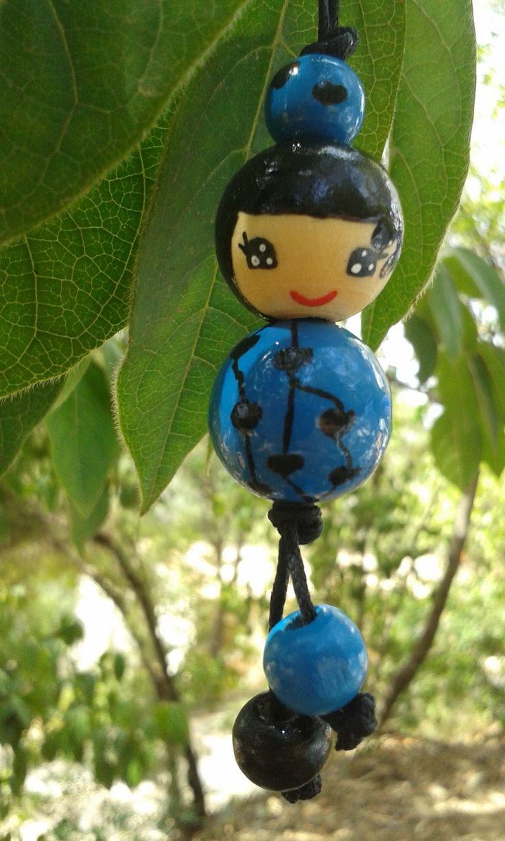 Pendentif sac à main poupée bleue et noire peinte sur perles en bois