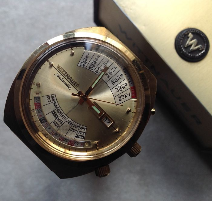 """WITTNAUER 2002 door Longines - inbare vintage 1973 eeuwigdurende kalender polshorloge  Prachtige collectible Mod. 2002 serie dag-datum automatisch met """"eeuwigdurende"""" kalender gekocht februari 197344 x 42 mm (zonder de kroon) grootformaat zaak onedel metaal galvanische omlijstingRVS geschroefd terug gemarkeerd US patent no. 3621648Het horloge loopt op 17 juwelen automatisch uurwerk kaliber Wittnauer W102 in perfecte staatPrachtige originele Gouden wijzerplaat de schaal voor de eeuwigdurende…"""