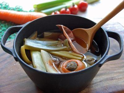 ベジブロスという言葉を知っていますか?皮やヘタなど、普段は捨ててしまう野菜の「くず」を使った調理法。美容や健康にいい要素たっぷり、しかも「くず」を使用するので経済的で今大注目なんです♪