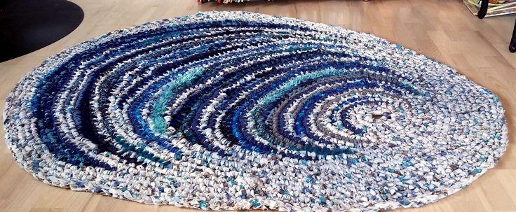 Muslingeformet kludetæppe i skønne hav-farver. Passer både i stuen og det store badeværelse. 150 x 120 cm.