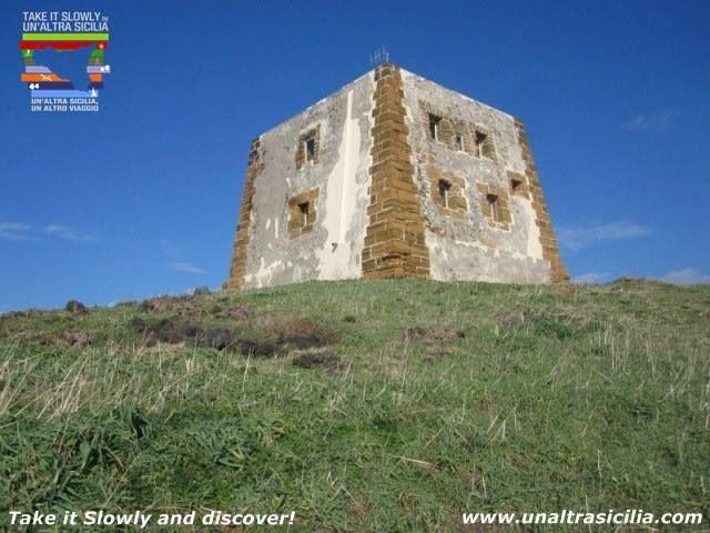 Ustica Trekking - Ekoturyzm Nieskażona natura oraz czystość otoczenia tworzą z wyspy autentyczny kąt raju dla birdwatching, trekking. Miejsca archeologiczne oraz muzea transformują wyspę w jedno z najbardziej atrakcyjnych miejsc #ekoturyzm #Sycylia #podróż #święto #wycieczki #Kuchnia #unaltrasicilia #Ekowystarczalnie #ustica #trekking