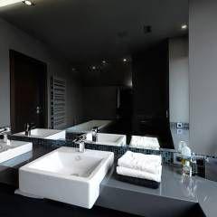 Banheiros modernos por Pracownia projektowa artMOKO