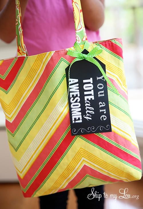 Tote-ally Awesome teacher gift idea! Grab a cute tote and this free printable tag for a useful teacher gift! www.skiptomylou.org #teachergifts #teacherappreciation #printables