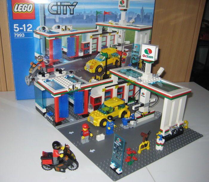 City - 7993 - Service Station  Lego City 7993 Octan Service Benzine Station uit 2007Heb je een lange rit achter de rug en even pauze nodig? Dan ben je hier op de juiste plaats! Tank je wagen vol en rij hem door de wasstraat. In het winkeltje van het benzinestation vind je snacks en drankjes. Inclusief drie Minifiguren een auto en een motor.Doos heeft gebruikssporen.Wordt aangetekend verzonden  EUR 40.00  Meer informatie