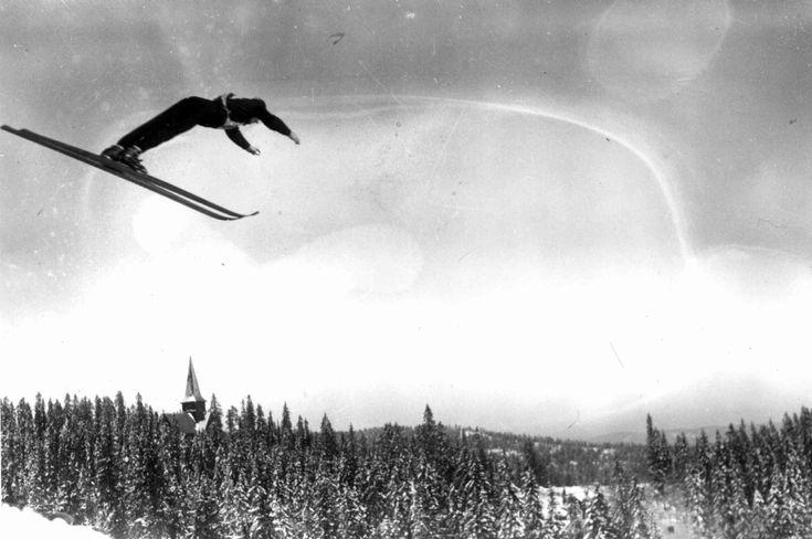 Holmenkollrenn. 1934. Hopper i svevet.