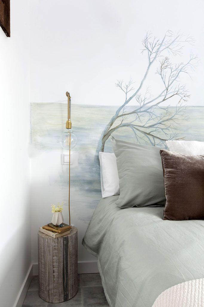 Lámpara artesanal, con bombillas de filamento. Hecha ene special para este dormitorio.