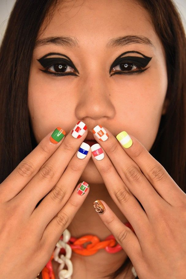Na Libertine as unhas vieram ultra coloridas em cores primárias e secundárias. (Foto: Getty Images)