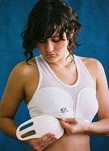 DAMES BORSTBESCHERMER IN IEDERE MAAT Het dragen van borstbeschermers is voor dames tijdens karate in veel gevallen verplicht en bij andere vechtsporten sterk aangeraden. Hierbij is het ten zeerste van belang dat u de juiste maat borstbeschermer draagt. Bij de producten van Aiki-Budo vindt u een handige maattabel zodat u gemakkelijk een passende dames borstbeschermer kunt vinden Naast een dames borstbeschermer vindt u bij ons ook diverse andere protectie artikelen.