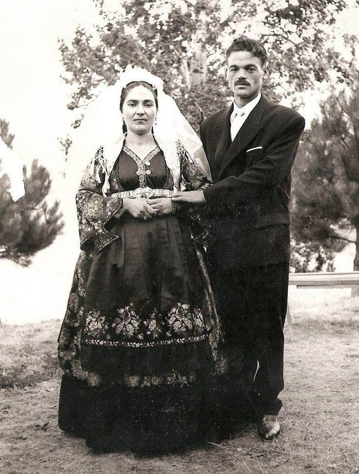 Ζευγάρι νεόνυμφων Μετσοβιτών . 1962. Τοποθεσία: Κάστρο Μετσόβου.www.metsovomuseum.gr