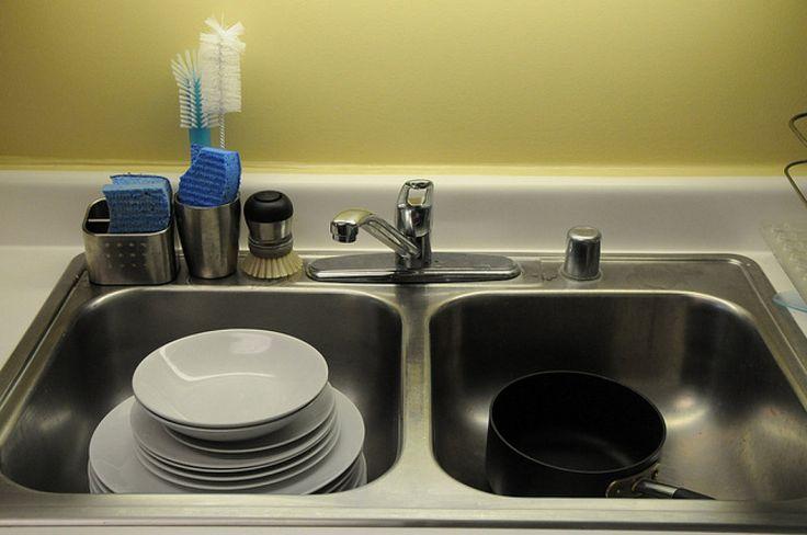 Te damos unos consejos de limpieza que dejarán libres de gérmenes tablas de cortar, el fregadero y el estropajo. ¡No te los pierdas!