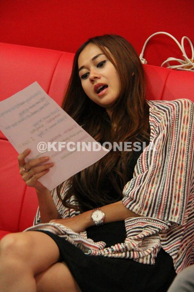 Aura Kasih mencoba mengambil nada saat akan take vokal untuk KFC Adu Bintang