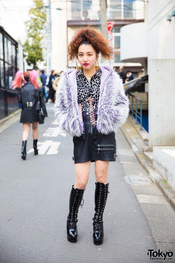 CEWEK HARAJUKU DENGAN PIN NAP VINTAGE, BUBBLES, MII MARIABONITA & VIDAKUSH | Artforia.com  Berita Fashion Jepang – Di Harajuku, kami bertemu Chika, yang bekerja sebagai staf toko di butik vintage populer Harajuku, Pin Nap.  Ensembel Chika menampilkan blus cetak Pin Nap, rok kulit dari Bubbles Harajuku, jaket fuzzy ungu dari Pin Nap, stoking putih bersih, dan sepatu setinggi lutut, juga dari Pin Nap. Asesorisnya termasuk kalung liontin silang mii mariabonita, cincin hidung, sabuk korset, dan…
