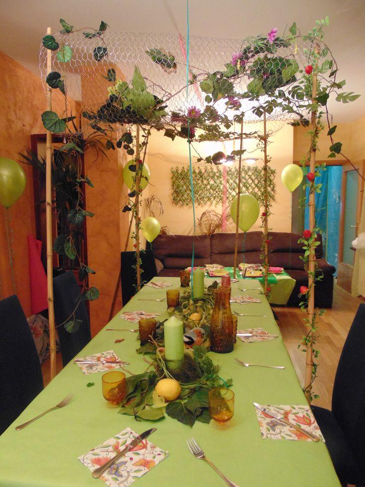 Mesa adultos, con dosel hecho de bambús y red de alambres con enredaderas y plantas