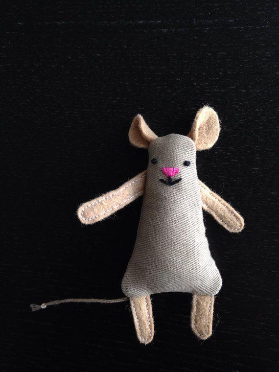 Ik aanbid absoluut mmmcrafts / Larissa Neerlands patroon voor de Wee muis, zozeer zelfs dat ik wil maken ze de hele tijd!  Als u deze zoete weinig muis met haar vriend teddy beer hebt gezien en je een ook wilt, dat de Voeg toe aan winkelwagen knop, selecteer uw pepermuntje tin kleur en Wee muis en beantwoorden van de volgende handelingen uit in het veld Notities: 1. de teddybeer van welke kleur wilt u? 2. welke kleuren wenst u het kussen en de deken te worden. Als de bovenstaande vragen ...
