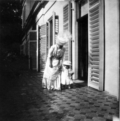De eerste stapjes in 1910 van prinses Juliana aan de hand van haar moeder koningin Wilhelmina.