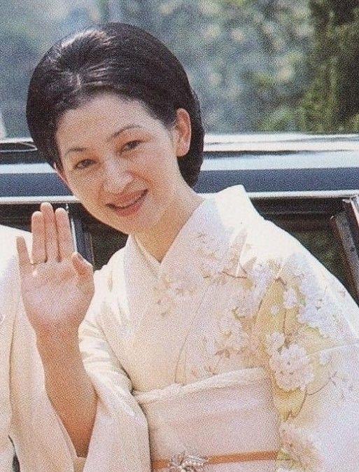 1970 2 マレーシア・シンガポールご訪問。車から降り、手を振られる白スーツ姿の皇太子殿下と、桜柄の着物をお召しの美智子妃殿下 (4)