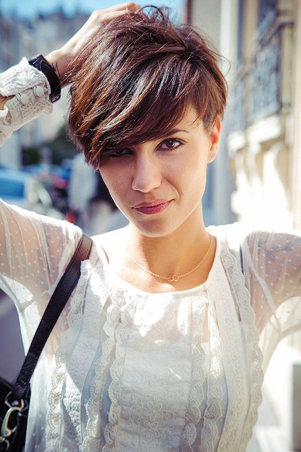 Heel kort haar is niet alleen trendy en stoer maar ook goed voor dunner haar. Zorg voor een langere lok aan de voorzijde om mee te spelen qua scheiding en accessoires.