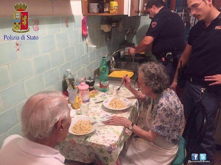 Милейшая история из Италии: полицейские пришли на крики и слёзы, а обнаружили пожилую пару, которая плакала, смотря новости по телевизору.  Стражи порядка приготовили супругам спагетти и успокоили их.