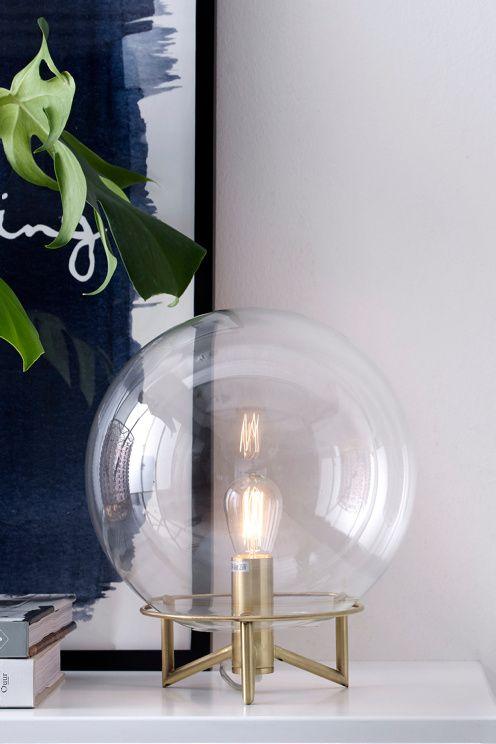 Bordslampa med fot av metall och kupa av klarglas. � kupan ca 23 cm. H�jd 29 cm. Transparent sladd med…