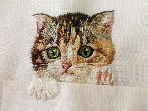 Portrait of popular internet cat on a shirt by Hiroko Kubota l #embroidery