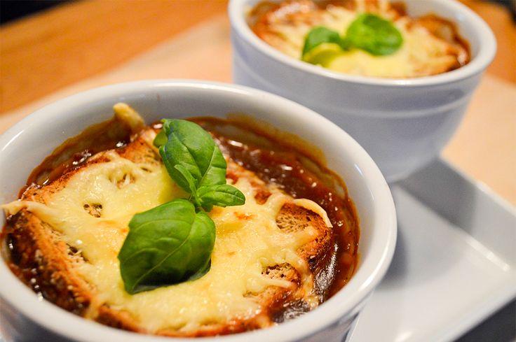 Ranskalainen sipulikeitto on täydellistä talviruokaa. Kuuma keitto lämmittää kylmänä talvipäivänä. Paahdettu kauraleipä juustolla kruunaa klassikon.