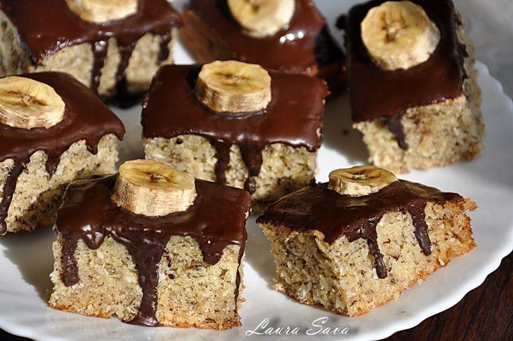 """Dragilor, am pentru voi o prajitura de post cu banane si ciocolata, foarte usor de facut si absolut delicioasa!!! Blatul e afanat si-un pic umed iar gustul """"moale"""" de banane se impaca de minune cu glazura amaruie si lucioasa :) Eu am pus ulei de cocos in ciocolata si i-a dat o aroma aparte, dar voi, daca nu aveti ulei de cocos, puteti folosi orice alt ulei vegetal. Decorul e foarte simplu: felii de banana, stropite cu zeama de lamaie (ca sa nu se innegreasca), peste care am turnat ..."""