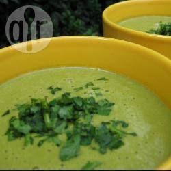 Het beste aan deze soep? Hij is klaar in een half uur en is supermakkelijk om te maken. De geroosterde knoflook geeft een diepere smaak aan de soep. Als je geen noten wilt toevoegen aan de soep, kun je ook 60 gr havermout toevoegen tijdens het koken.