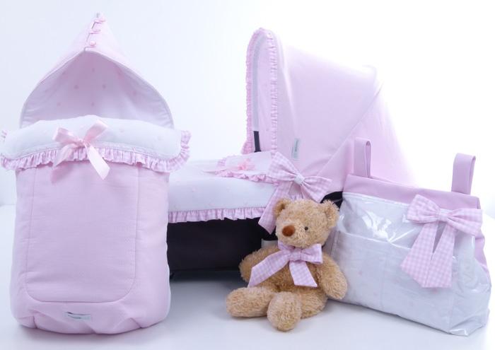 Conjunto de saco invierno,bolso, capota y colcha cuco en vichy rosa y blanco y piqué blanco con bodoques y lazos rosas