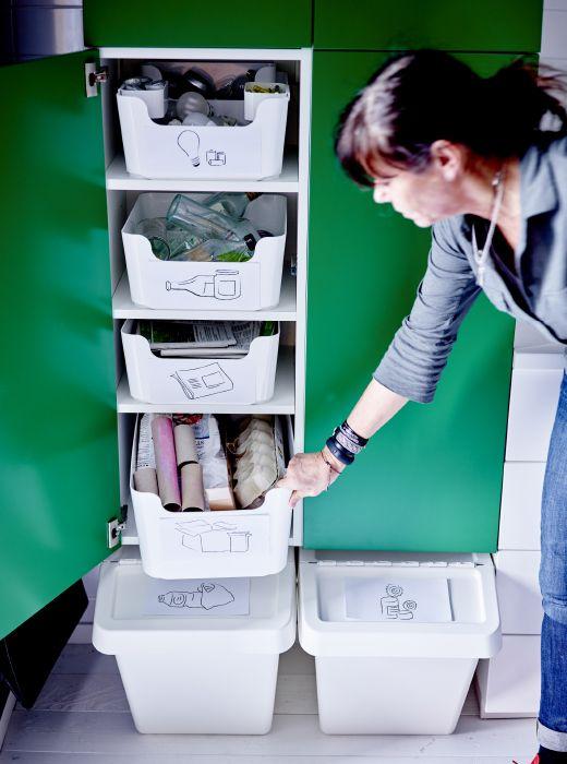Prévoyez une poubelle par type de déchet, d'une capacité adaptée selon le volume, donc plus grande pour le plastique et le papier, plus petite pour le reste. Avec une photo du type de déchet, le tri sera encore plus rapide et efficace.