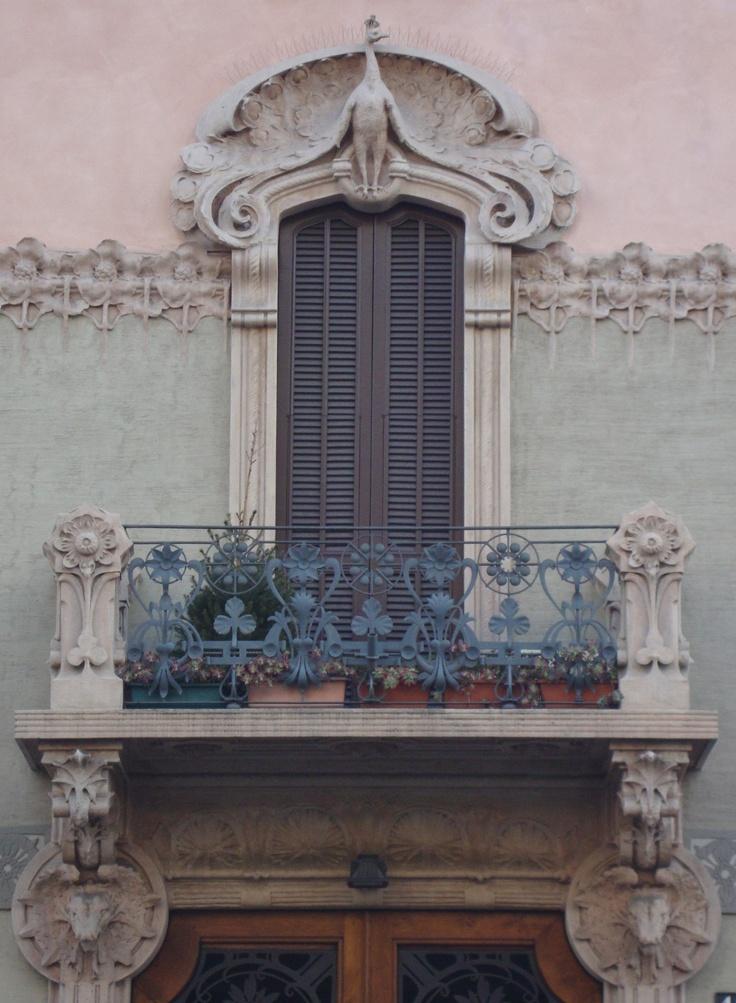 Casa Balzarini, via C. Pisacane, 16, Milano. Architetto A. Fermini | Dettaglio parapetto e decorazioni architettoniche