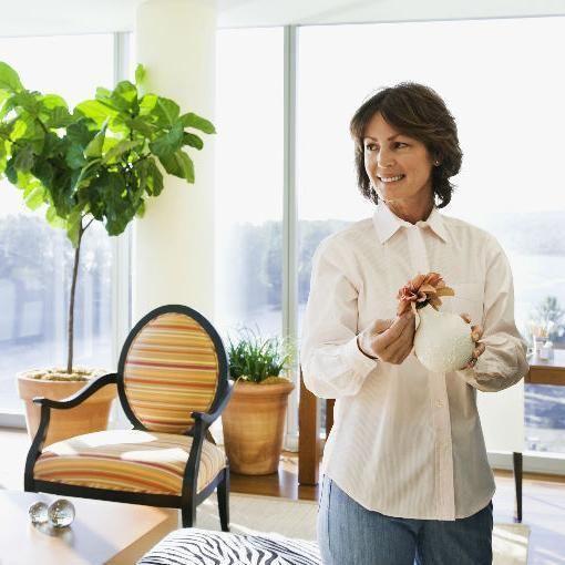 Como fazer com que minha casa cheire bem. Conseguir que nossa casa cheire bem durante todo o dia pode parecer uma tarefa impossível se não conhecermos as chaves para isso. Cozinhar determinados alimentos, como peixe ou couve-flor, optar por f...