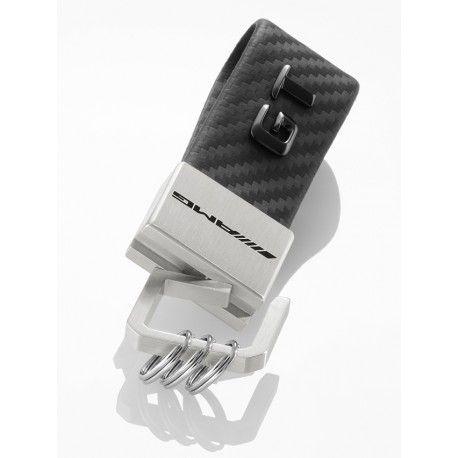 Il portachiavi scritta GT AMG in acciaio legato e pelle carbon look colpisce per il suo design e non è soltanto un bell'accessorio per le chiavi di questa vettura da sogno. Il nastro in pelle è arricchito dalla scritta nera GT che riproduce la targhetta posta sul cofano bagagliaio della vettura, mentre la chiusura da tirare e girare è completata da un logo AMG nero. Tre mini-anelli aggiuntivi consentono di sostituire ed estrarre le singole chiavi rapidamente.