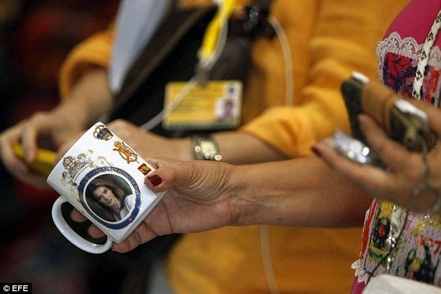 epa04264451 A woman holds a mug depicting Spanish Princess Letiza at a shop ahead of the proclamation ceremony of the new Spanish King Felipe VI, in Madrid, Spain, 18 June 2014. Crown Prince Felipe will be proclaimed King on 19 June after his father King Juan Carlos announced his abdication last 02 June 2014.  EPA/HUGO ORTUNO