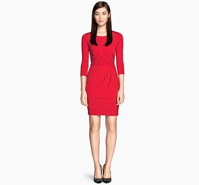 Accessori su un abito rosso e bianco