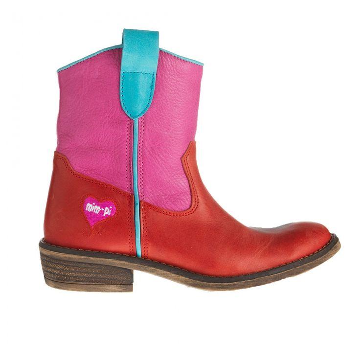 Wat een prachtige laarsjes! Van het hippe merk Mim-Pi, de laarzen zijn van echt leer en in een roze-rode kleurstelling. Aan de binnenzijde zit een rits.Lichtblauwe biesjes sieren de laars.