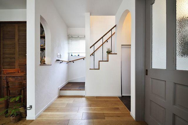 T邸 戸建リノベ、戸建リノベーション事例。家族もワンちゃんも大満足!ペレットストーブのある自然な暮し。リビングを広くしたいというご希望から、狭く使いにくかったキッチンや廊下の空間をLDKに取り込んで、一体化しました。取り除けない柱や筋交いなどはデザインとして生かしながら、光や視線を通す開放的な空間を実現しています。キッチンはぐるぐる回れる動線で使いやすく。内装はお手持ちの家具や希望のインテリアイメージに合わせて素材やデザインを提案しました。床材に幅広の無垢材を使いたいというご希望があったため、もともと入っていたガスの床暖房を撤去し、環境にも優しいペレットストーブの導入も決めました。外構はウッドフェンスを造作し、外観の雰囲気も一新。お散歩の後に愛犬の足を洗える立水栓や、室内の犬用トイレを用意し、ペットのお世話もラクになりました。