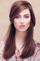 Glattes braunes Haar mit hellen Highlights