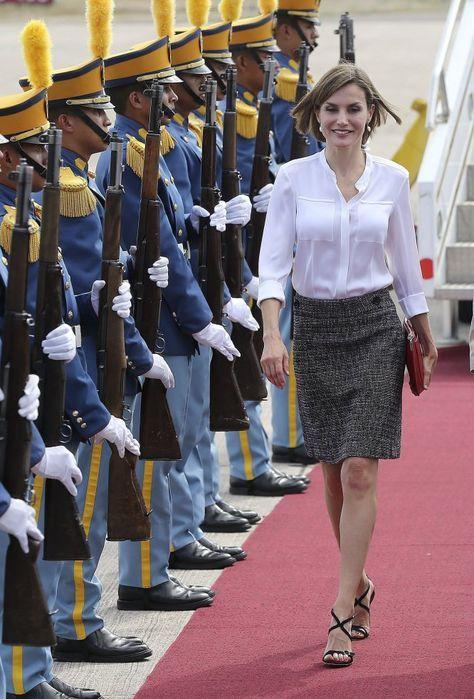 En mayo de 2015, realizó su primer viaje de apoyo a los programas de ayuda al desarrollo impulsados por la cooperación española. En la imagen, la Reina Letizia a su llegada a la base aérea Enrique Soto Cano, en el departamento de Comayagua, para iniciar una visita en solitario de cuatro días por el país hondureño y El Salvador.
