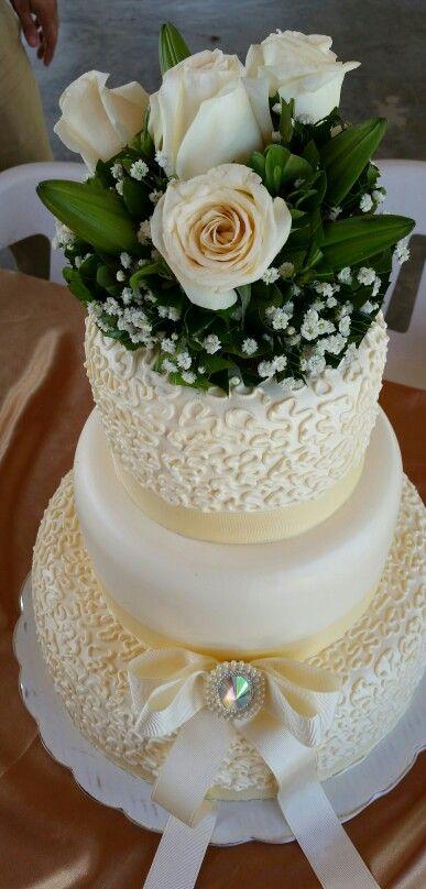 Pastel para boda con cubierta de crema chantilly, el relleno de  queso crema.!