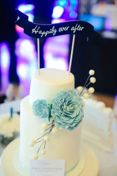 Wedding cake + caketopper Photo by Adriana Morais
