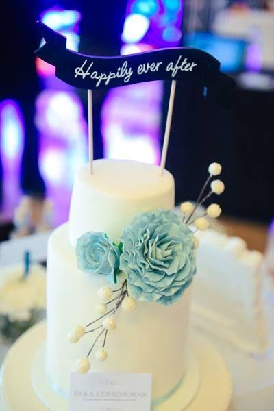 Wedding cake + caketopper Photo by Adriana Morais