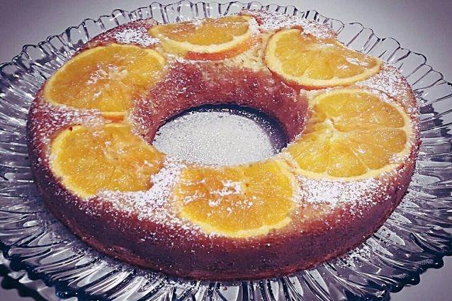 La torta all'arancia rovesciata è un dolce sofficissimo, goloso e semplice da preparare. Ideale come dopocena ma anche come gustosa e genuina merenda. Ecco come realizzare in poco tempo questo dolce profumato e irresistibile!
