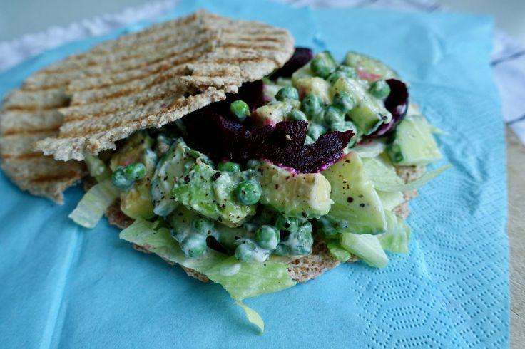 Pitabroodje met romige avocado-erwtenvulling