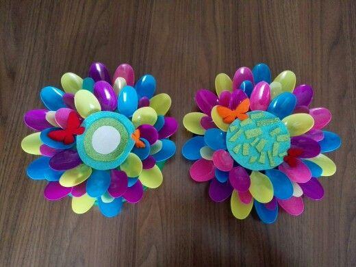 Flores con cucharas de pl stico manualidades cucharas for Decoracion de espejo con cucharas